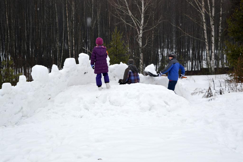 Взятие снежного городка.