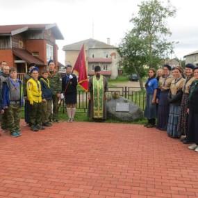 Лагерь-паломничество НОРС и ОРЮР на Соловках в июле 2015 года. Построение около Памятного камня.